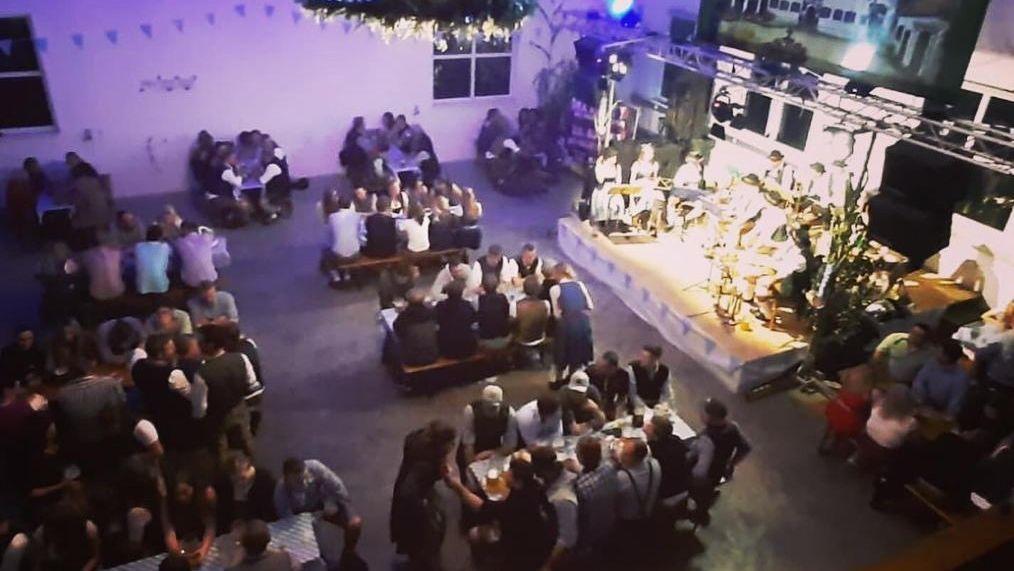 Die Geburtstagsparty zu späterer Stunde mit gut gefüllten Sitzplätzen