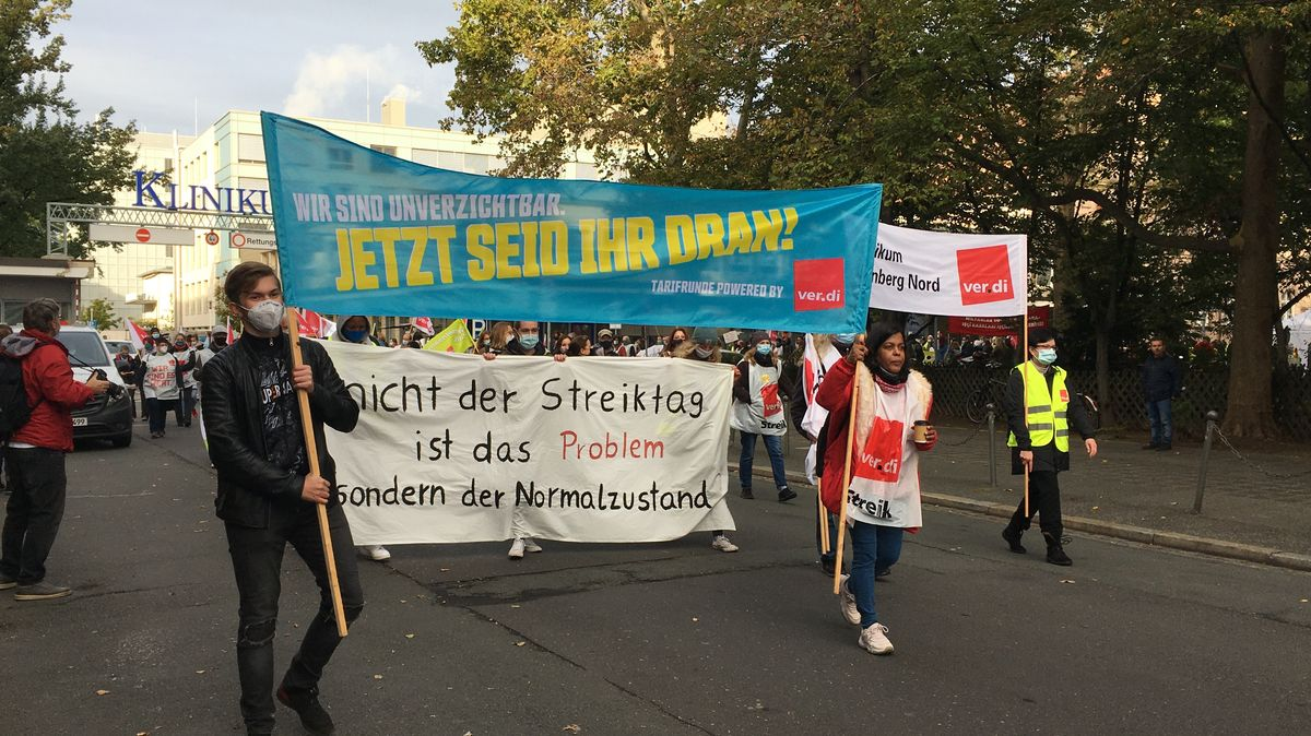 """Demonstranten halten ein Verdi-Transparent mit der Aufschrift """"Jetzt seid ihr dran!"""" in die Höhe"""
