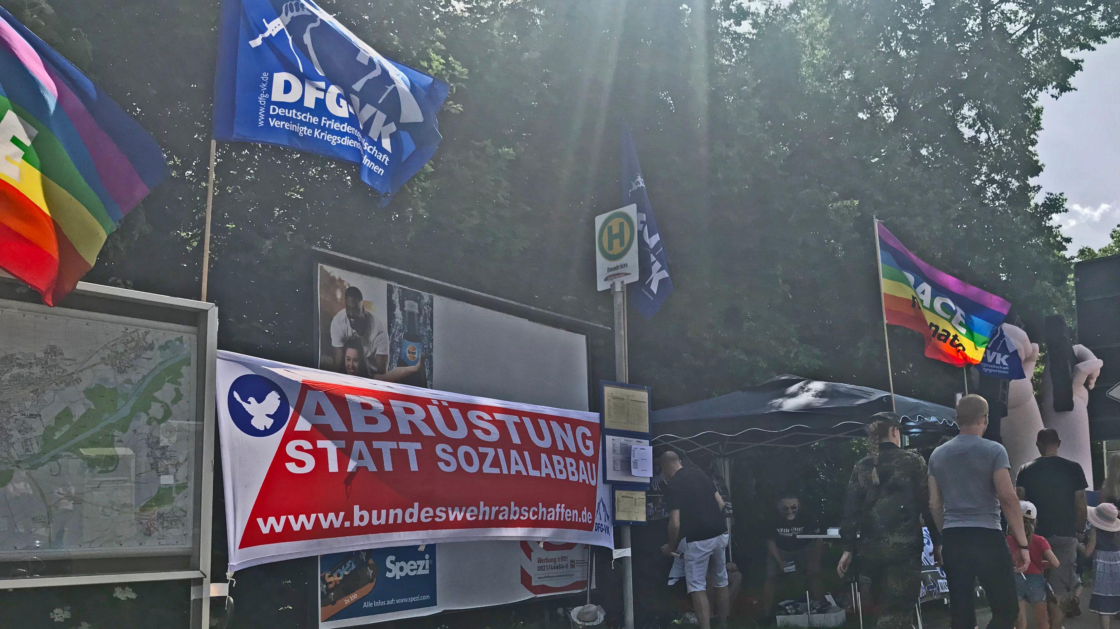 Friedensaktivisten nutzen den Tag der Bundeswehr zum Protest in Dillingen.