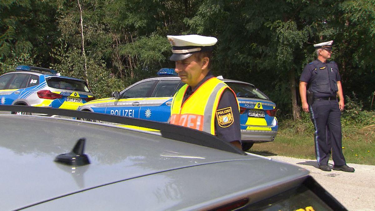 Bayerischer Polizist kontrolliert Fahrzeug