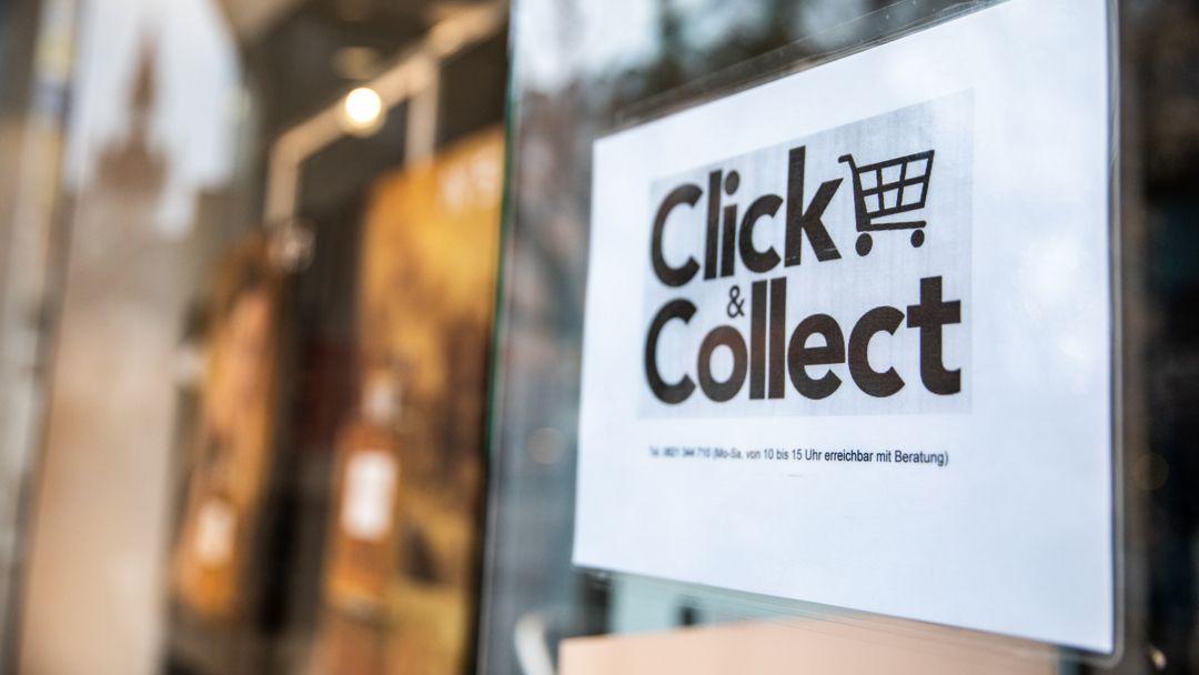"""Ein """"Click & Collect"""" Schild im Schaufenster."""