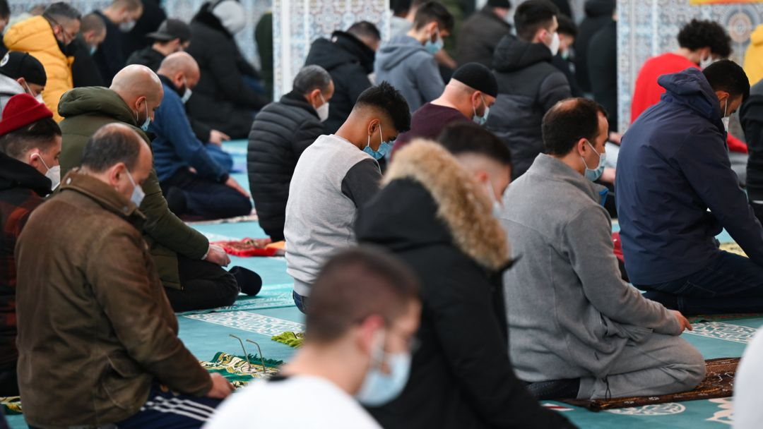 Wegen einer beschränkten Besucherzahl bieten Moscheen in Deutschland zum Ende des Fastenmonat Ramadan mehrere Gebete an.