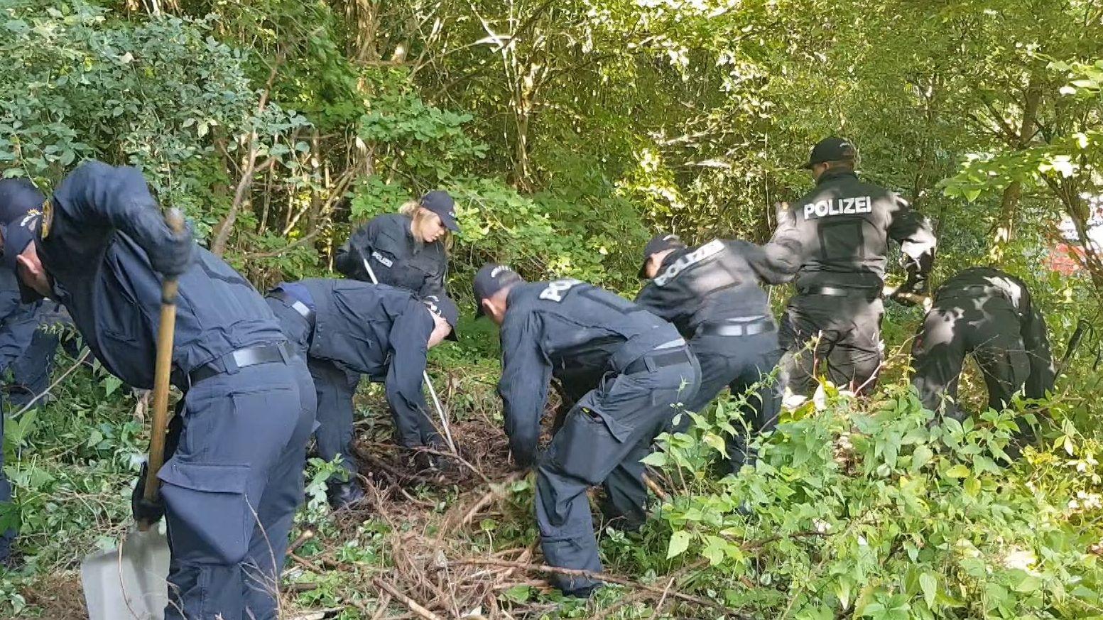 Polizisten auf der Suche