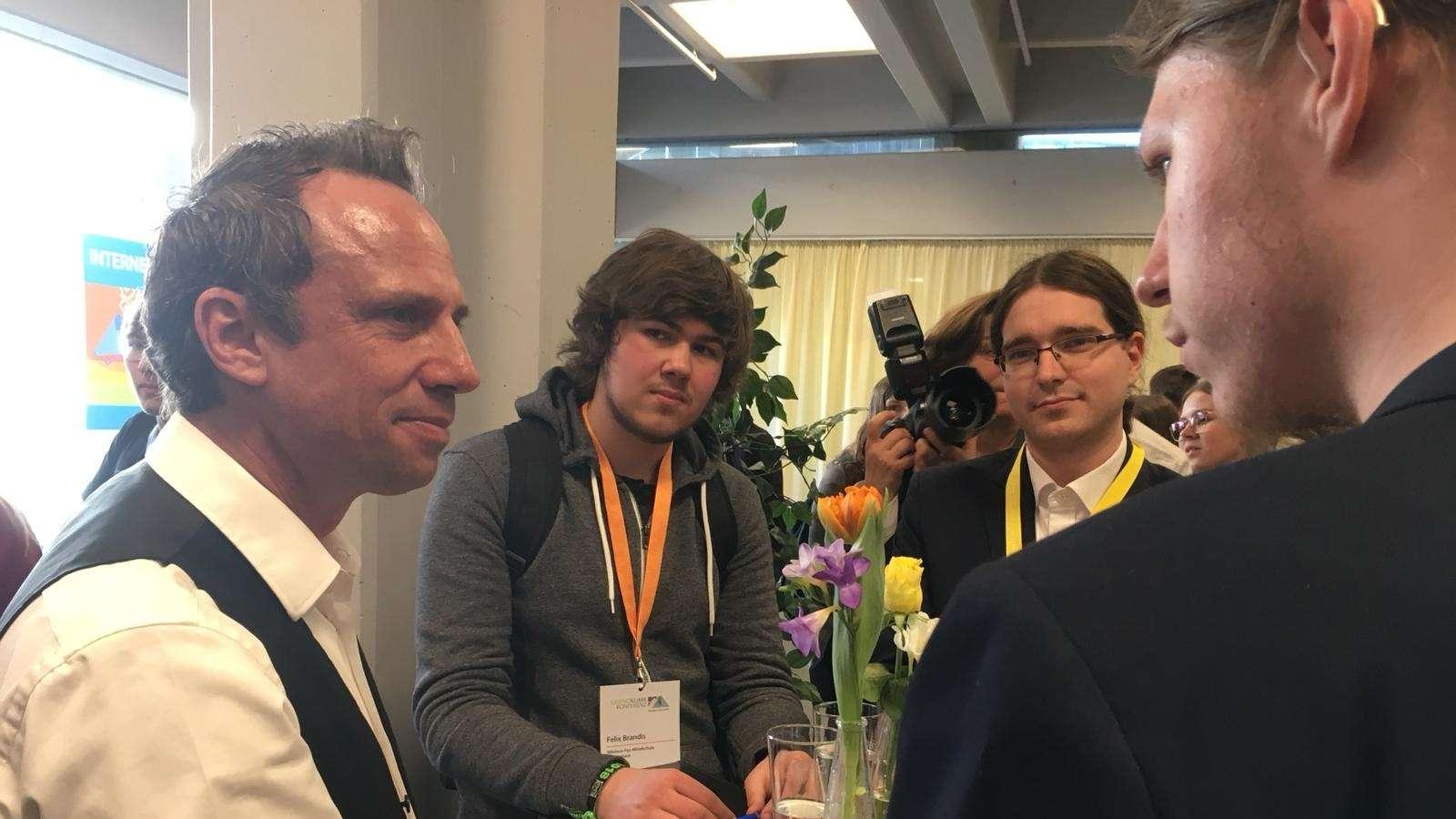 Umweltminister Thorsten Glauber im Gespräch mit Jugendlichen vor der Jugendklimakonferenz in Erlangen