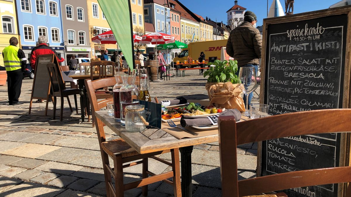 Ein gedeckter Tisch am Stadtplatz Traunstein
