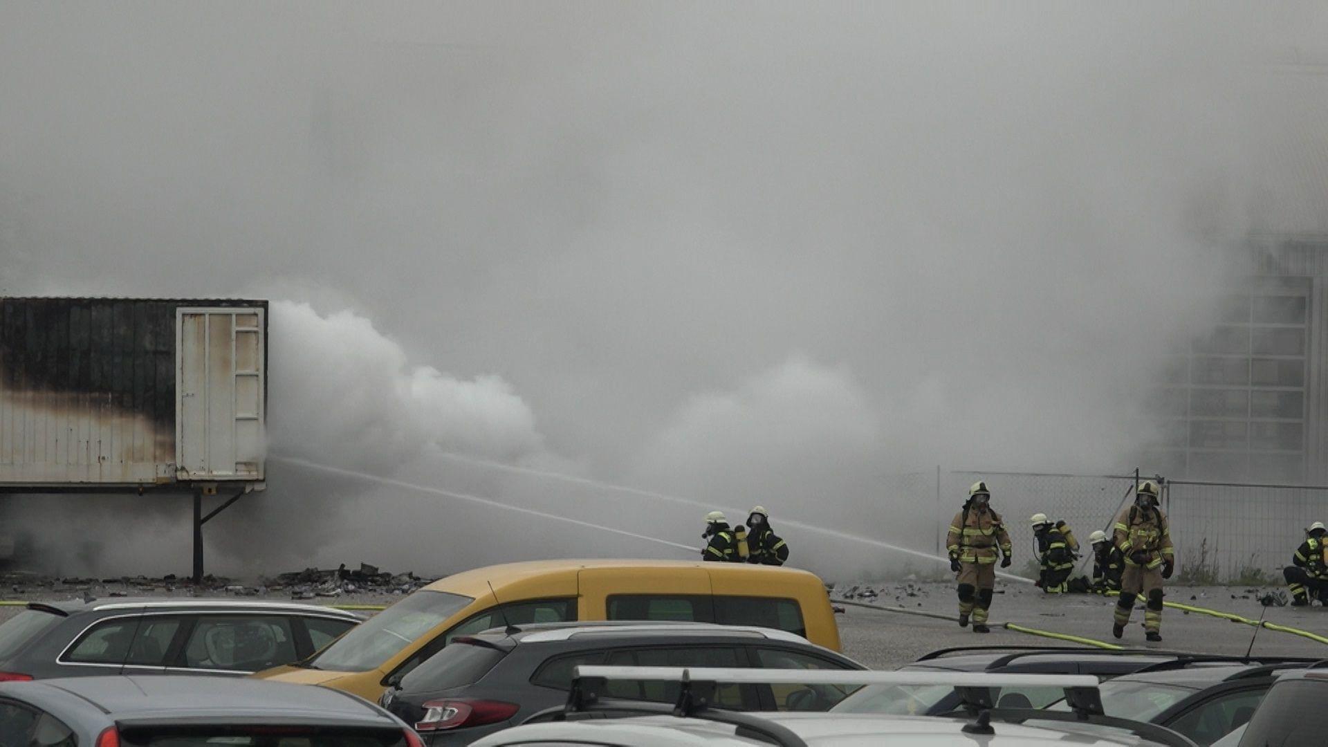 Die Feuerwehr löscht den brennenden Container