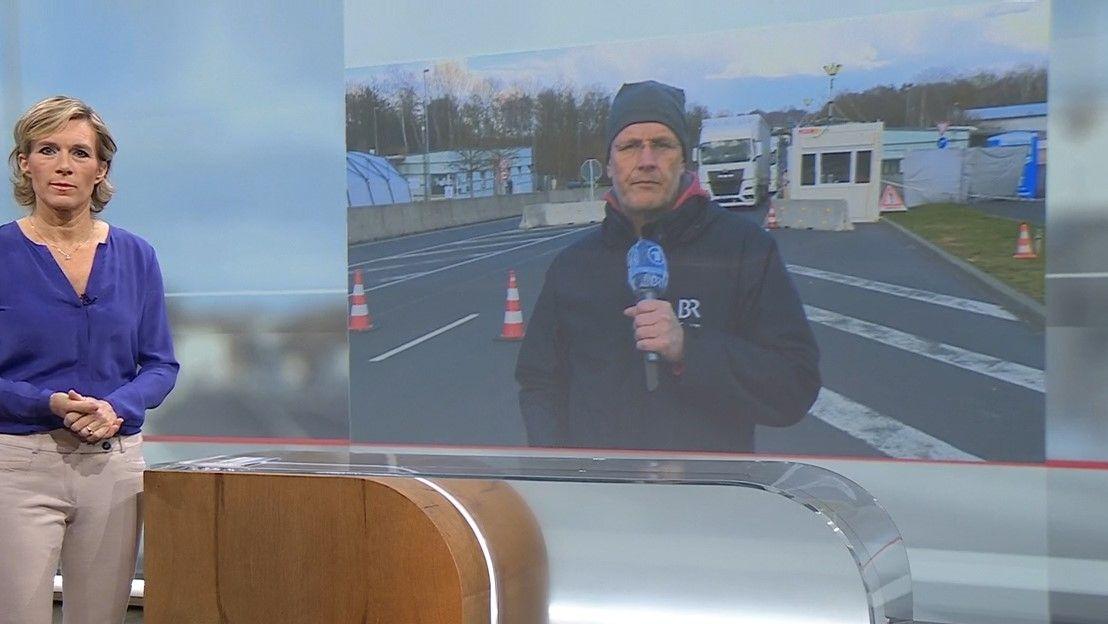 BR-Moderatorin Julia Büchler im Studio interviewt BR-Korrespondenten Markus Feulner an der Grenze.