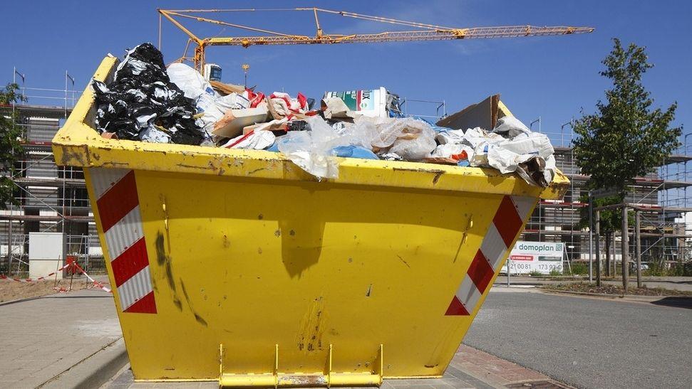 Ein gelber Bauschutt Container