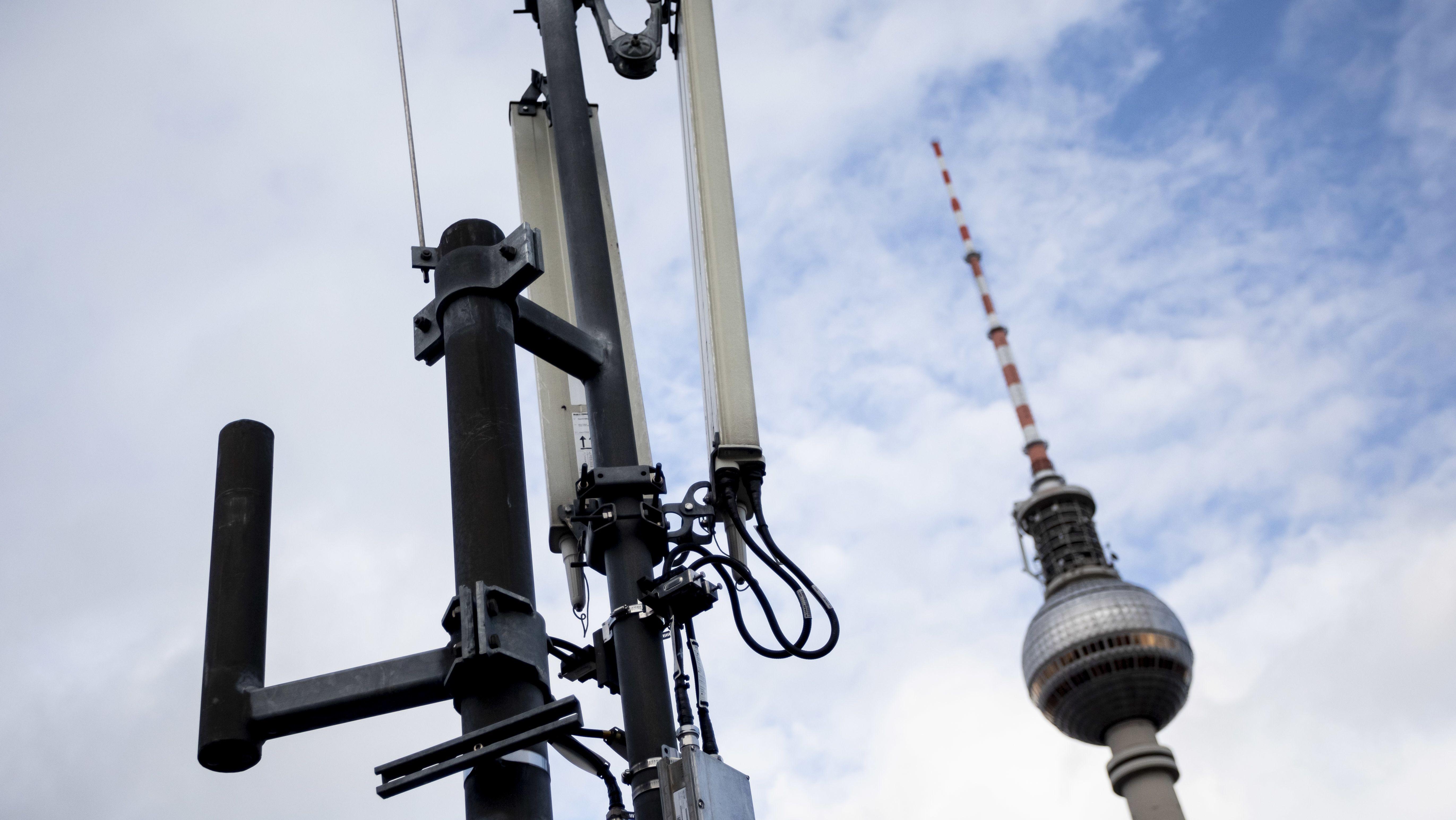 Mobilfunkmast vor dem Berliner Fernsehturm