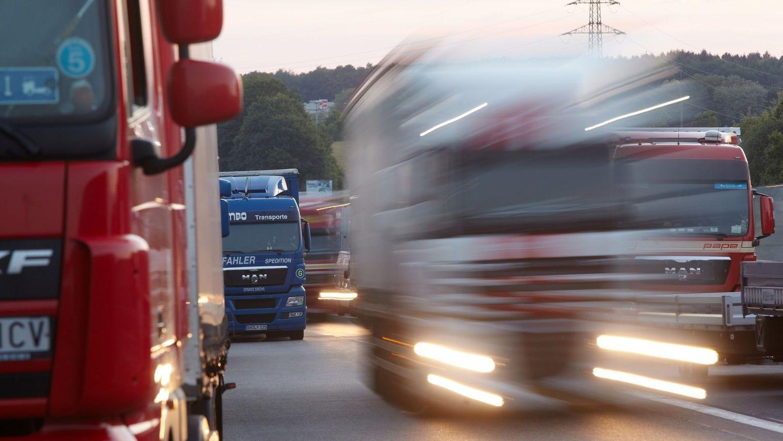 Lastwagen parken an der Autobahn