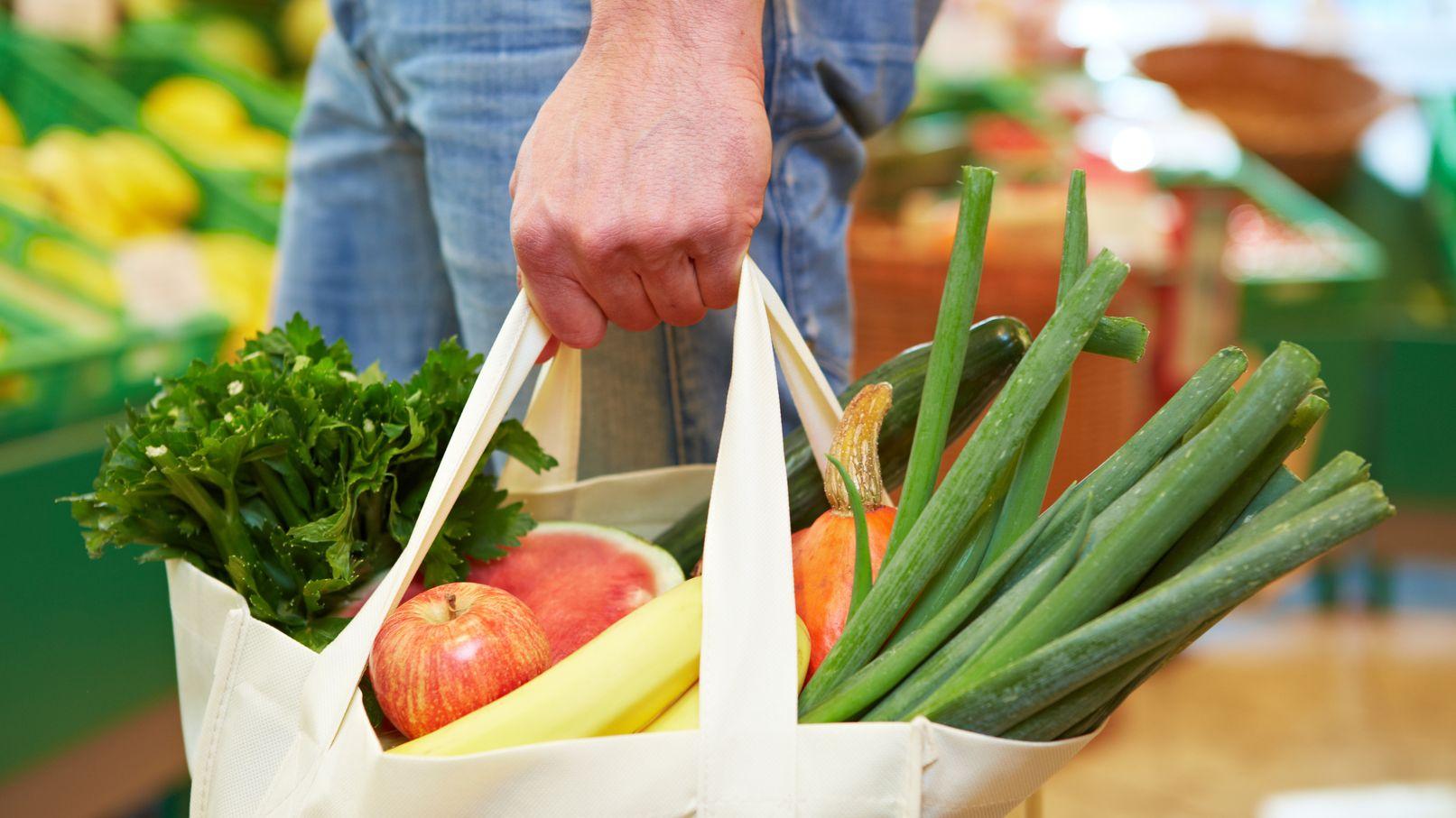 Frisches Obst und Gemüse vom Markt ist gesund und lecker. Aber ein Fleisch darf für viele trotzdem nicht fehlen.
