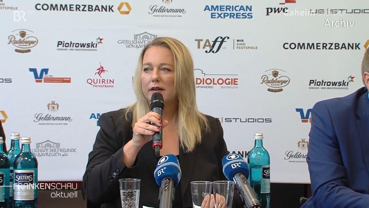 Katharina Wagner, Leiterin der Bayreuther Festspiele, spricht in ein Mikrophon, davor stehen auf einem Tisch zwei weitere, blaue BR-Mikrophone.