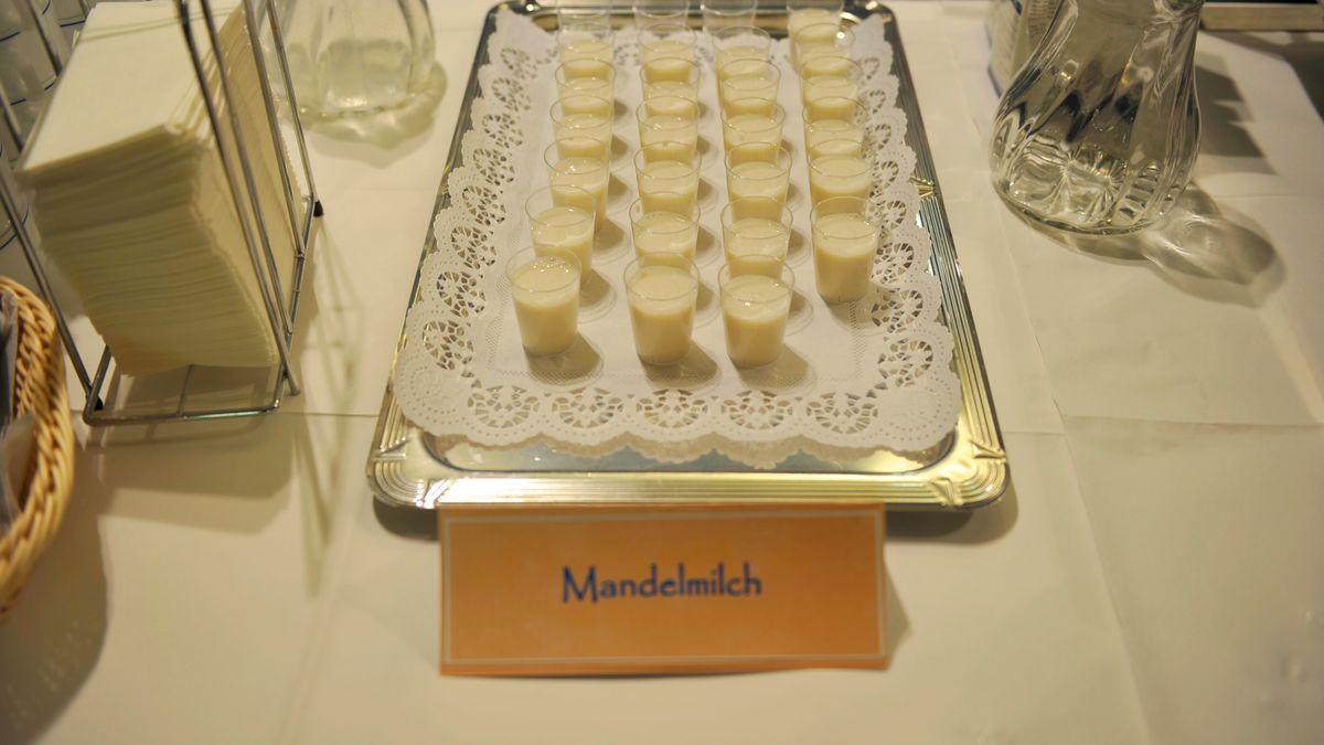 Mandelmilch wird häufig als Alternative zu Kuhmilch angeboten