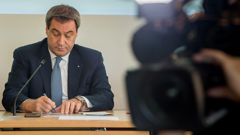 Archivbild: Ministerpräsident Söder schreibt