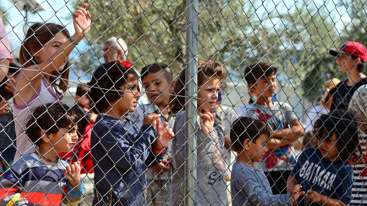 Kinder am Zaun des Flüchtlingslagers Kara Tepe in Mytilini auf Lesbos. Es dient der Aufnahme von besonders schutzbedürftigen Kindern und Familien.