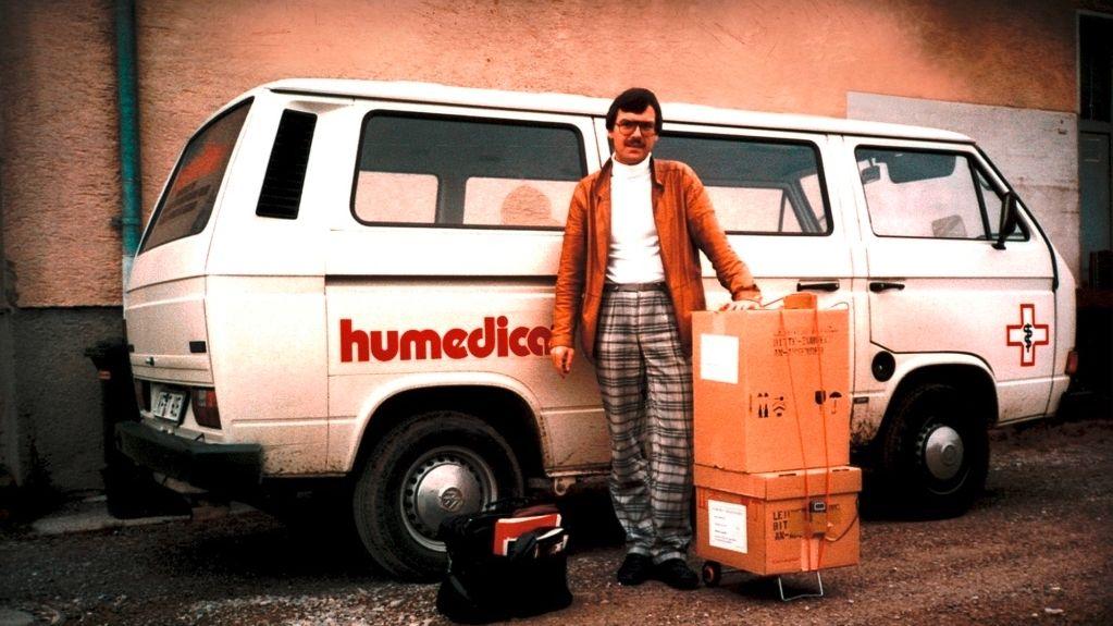 Humedica-Gründer Groß vor VW-Bus