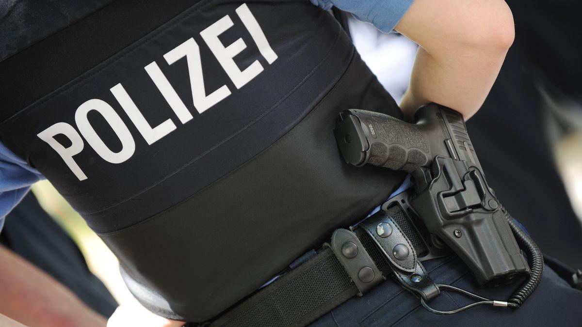 Polizist mit Dienstwaffe