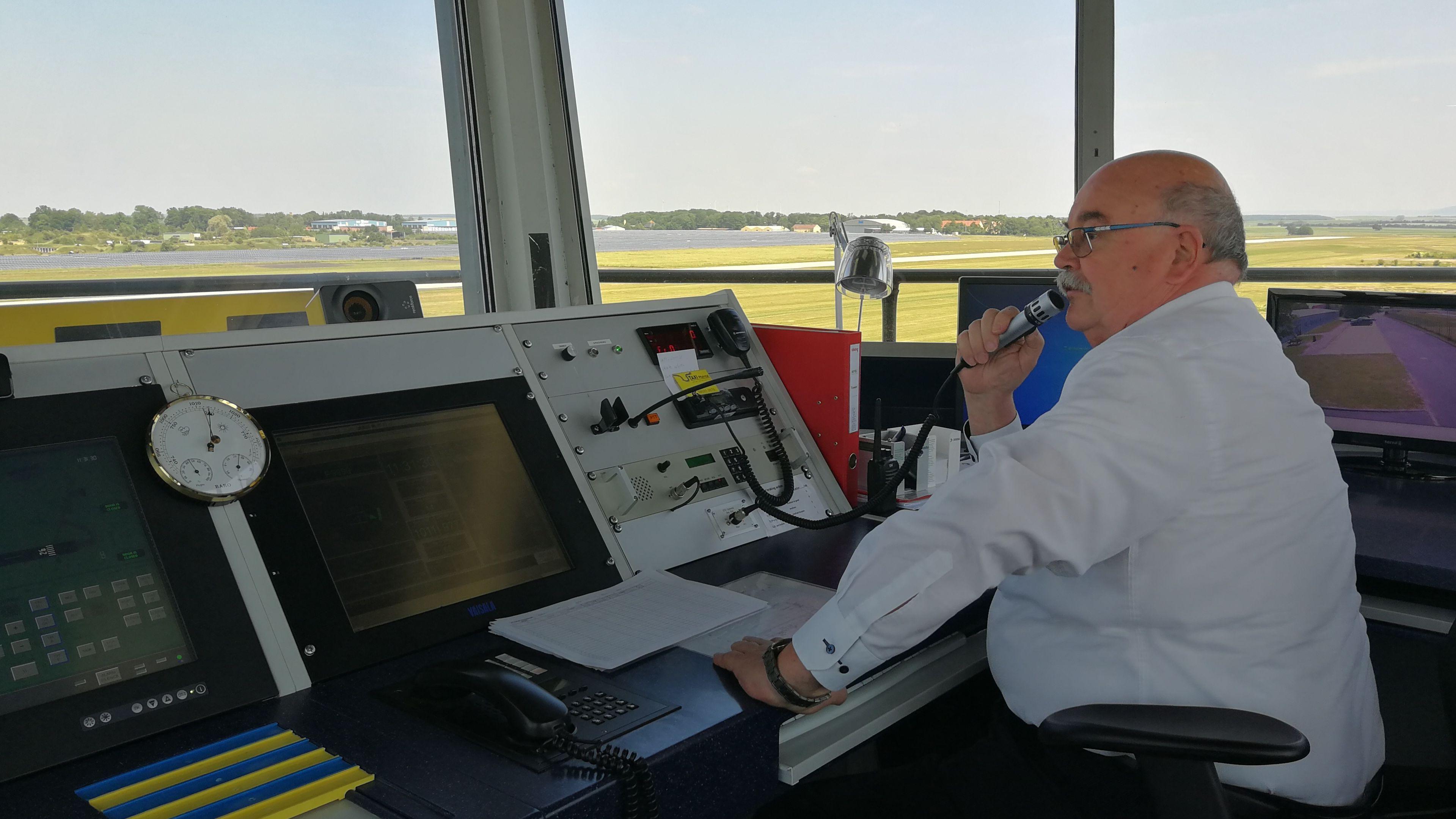 Karl Herrmann im Tower des Flughafens Giebelstadt