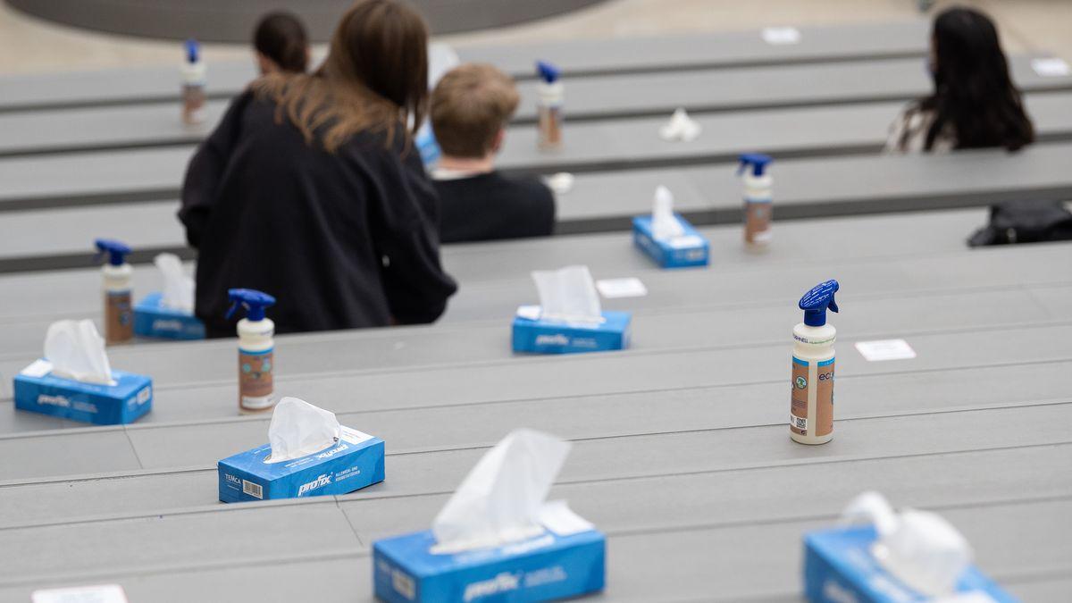 Uni-Vorlesung in Corona-Zeiten - mit Desinfektionsmittel, Papiertüchern und Abstand (Symbolbild).