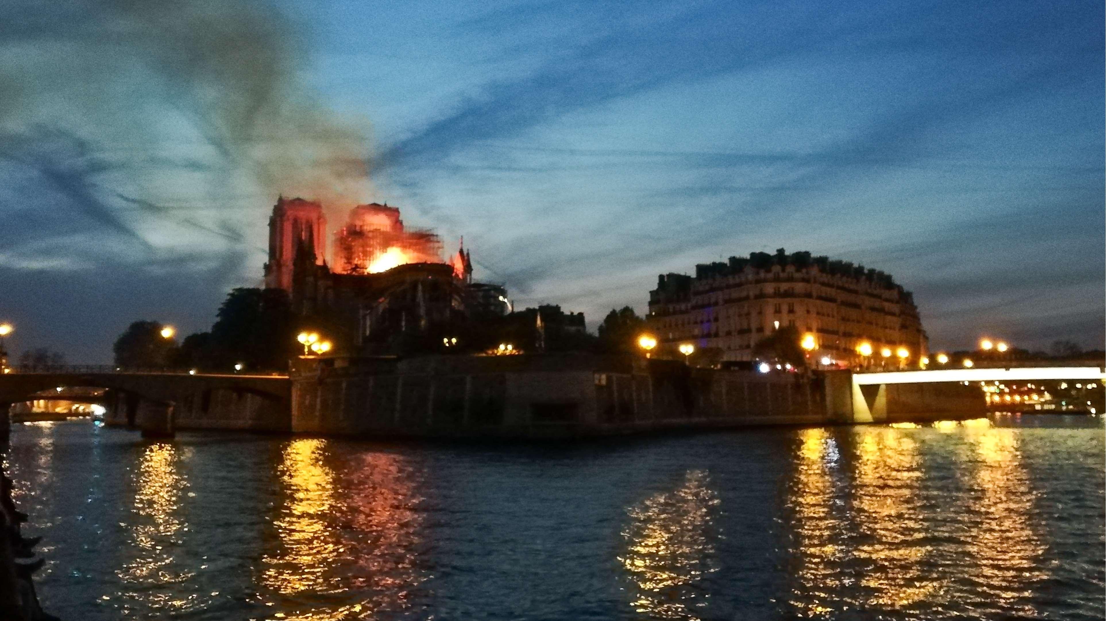 Notre Dame de Paris brennt seit kurz nach 18:00 Uhr