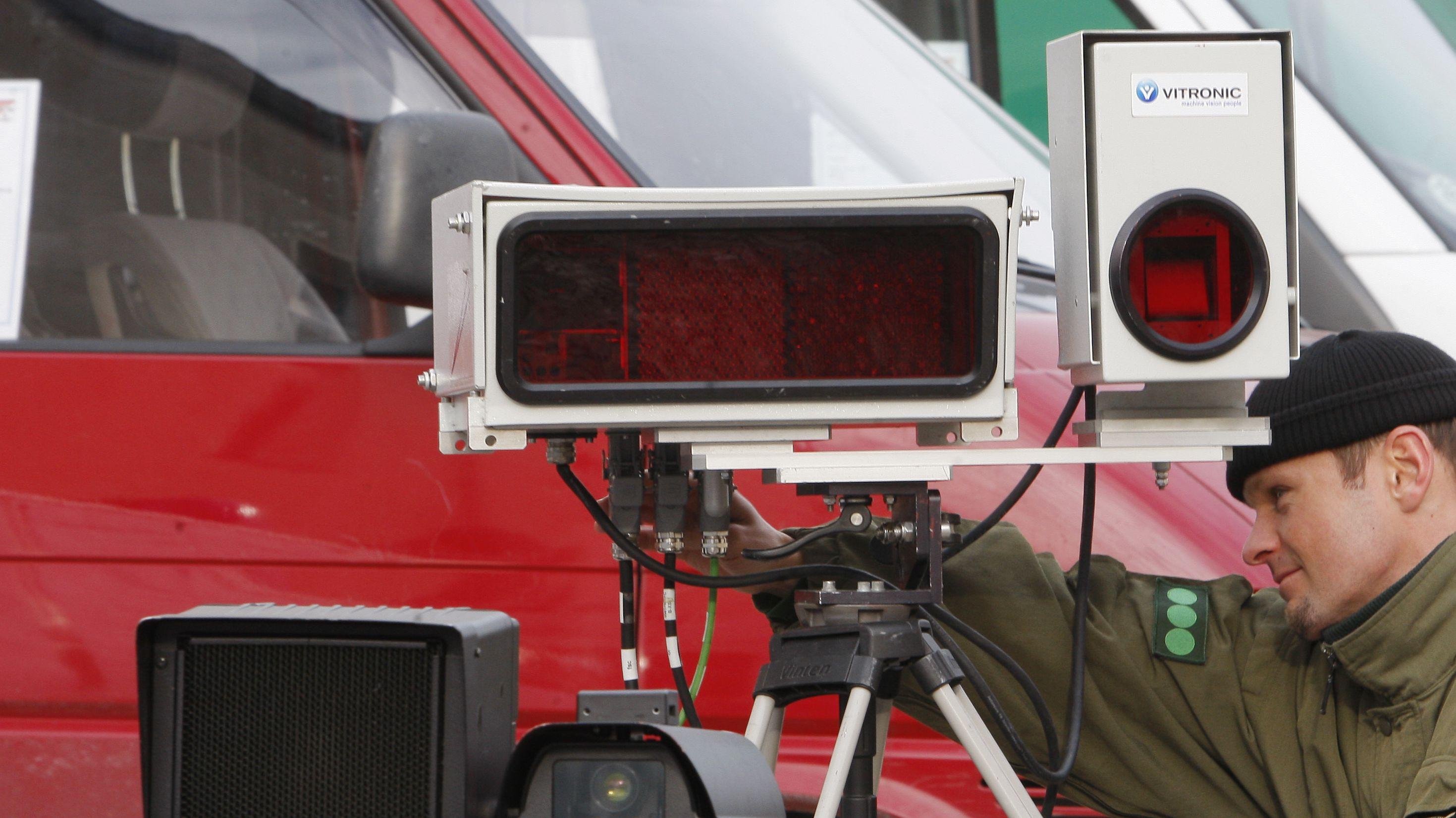 Beamter stellt Radargerät zur Filterung von Autokennzeichen ein