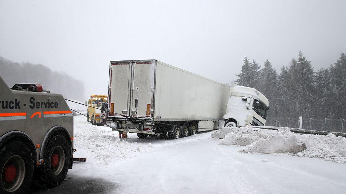 Lkw-Unfall nach heftigem Schneefall auf der A3 bei Waldaschaff