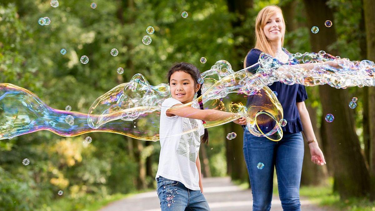 """Eine """"Balu""""-Patin lässt mit ihrem """"Mogli"""" riesige Seifenblasen fliegen"""