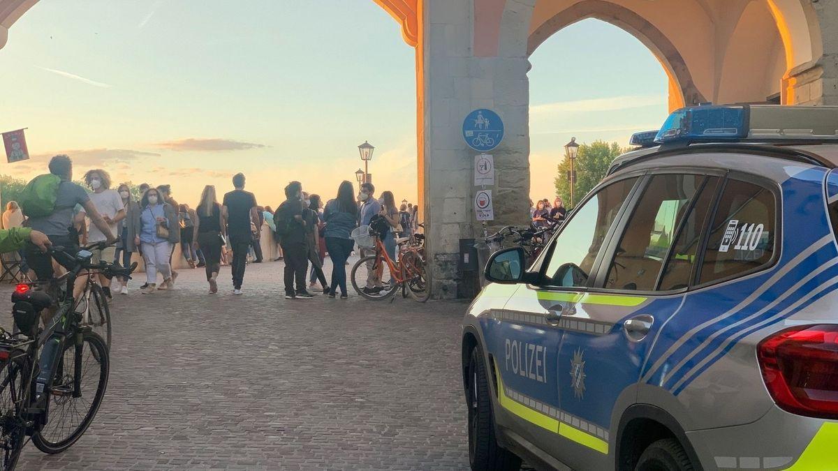 Starke Polizeipräsenz am Mittwochabend in Regensburg. Unzählige  Nachtschwärmer genossen den lauen Frühsommerabend in der Altstadt. Friedlich.