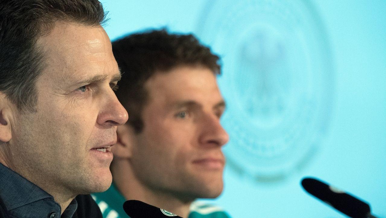 DFB-Direktor Oliver Bierhoff und Thomas Müller (im Hintergrund)