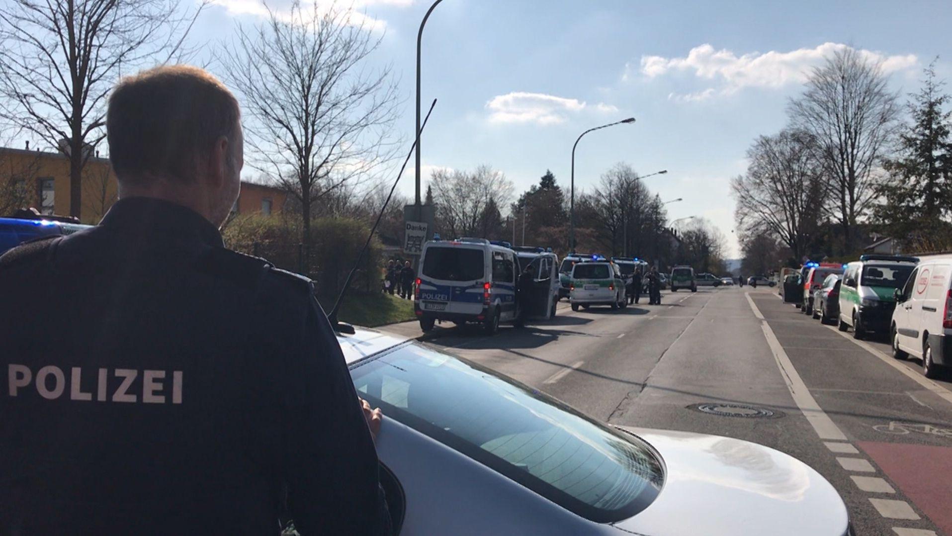 Ein Polizist an einem Tatort in Augsburg
