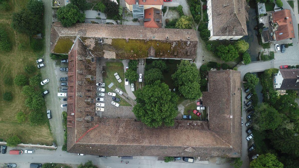 Der ehemalige Wirtschaftstrakt von Kloster Polling aus der Luft.