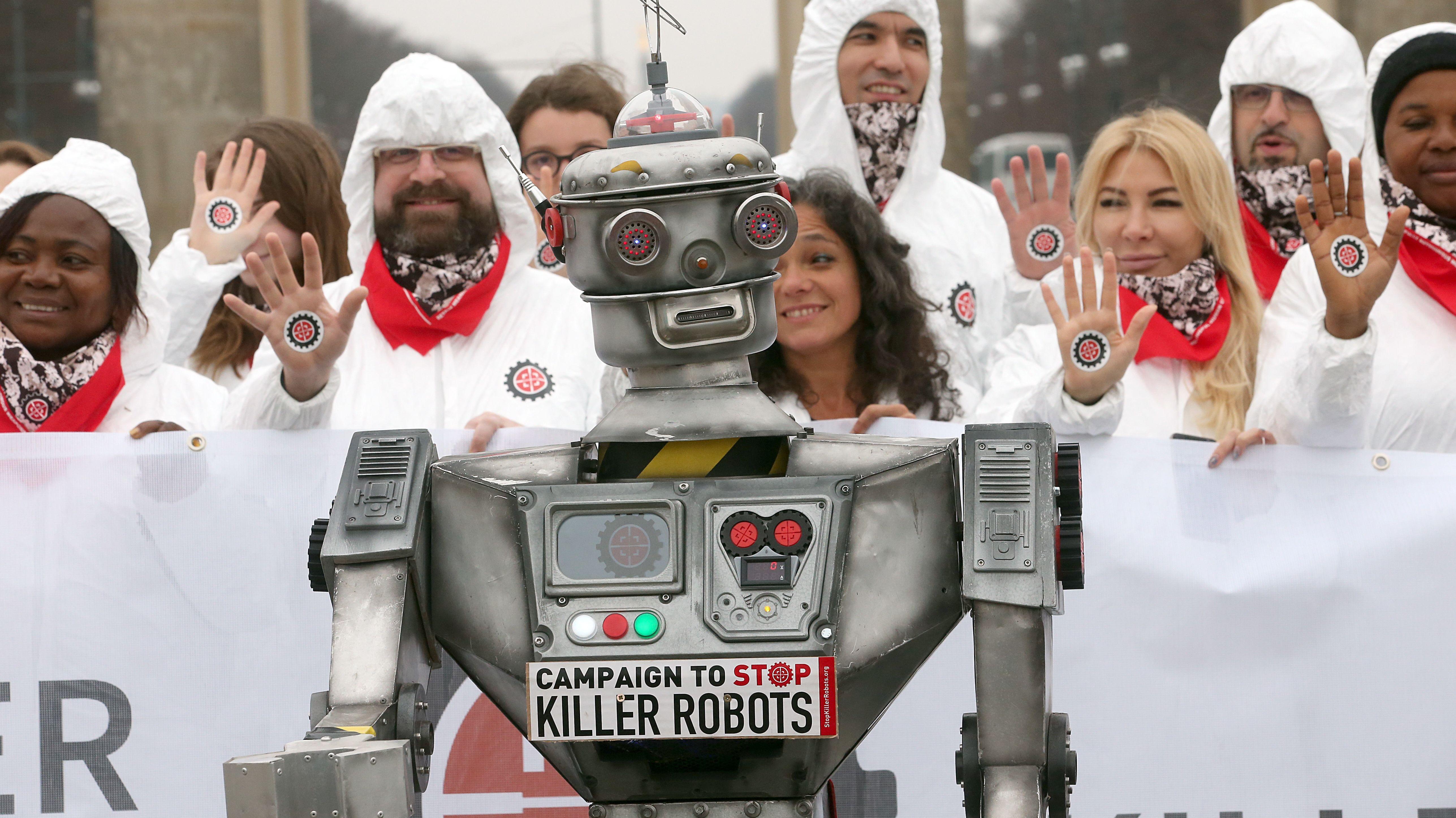 Menschen in Berlin demonstrieren für ein Verbot von Killer-Robotern.