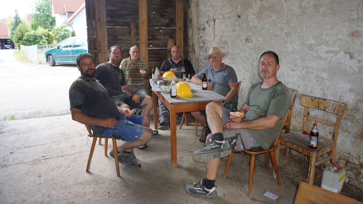Eine Gruppe Männer sitzt zusammen.