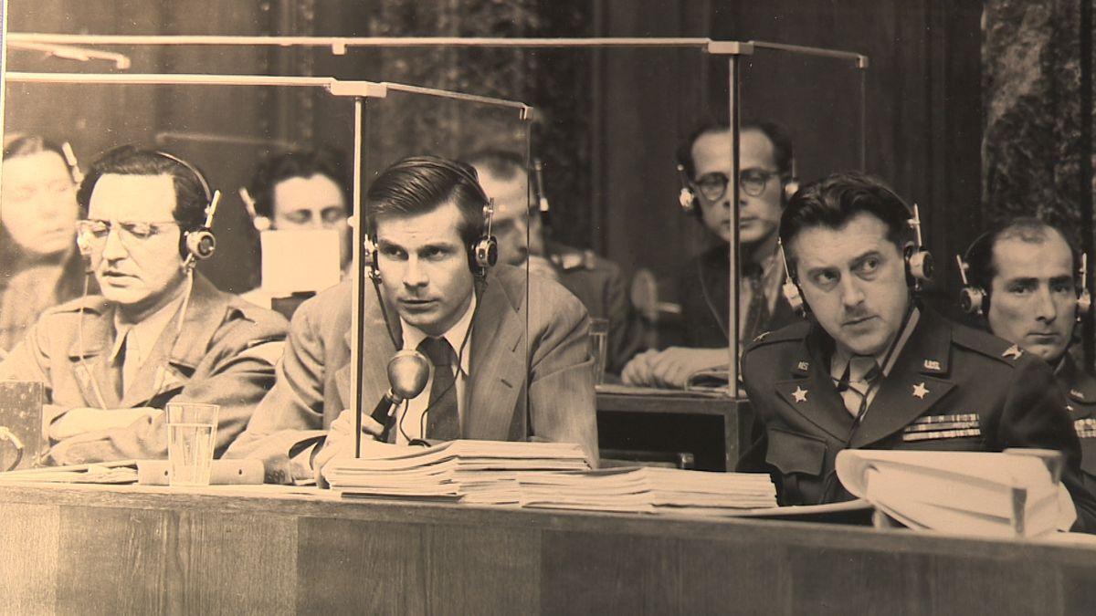 Ein Schwarz-Weiß-Foto der Dolmetscher und Übersetzer beim Nürnberger Prozess.