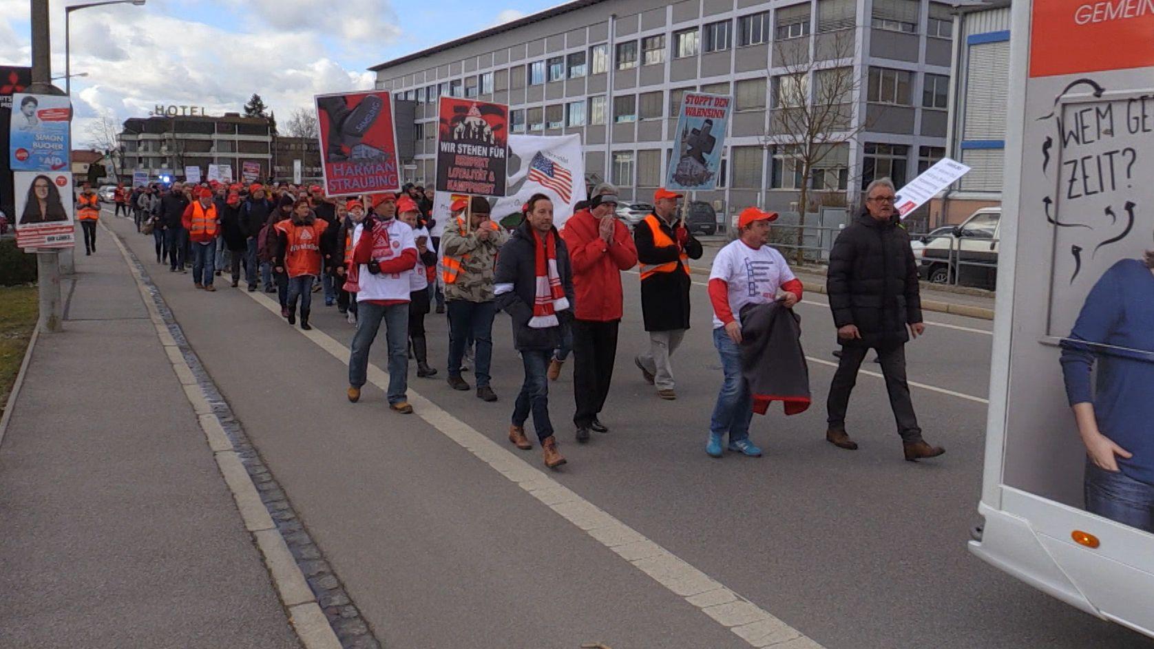 Die Harman-Beschäftigten ziehen vom Werk Richtung Straubing-Ost
