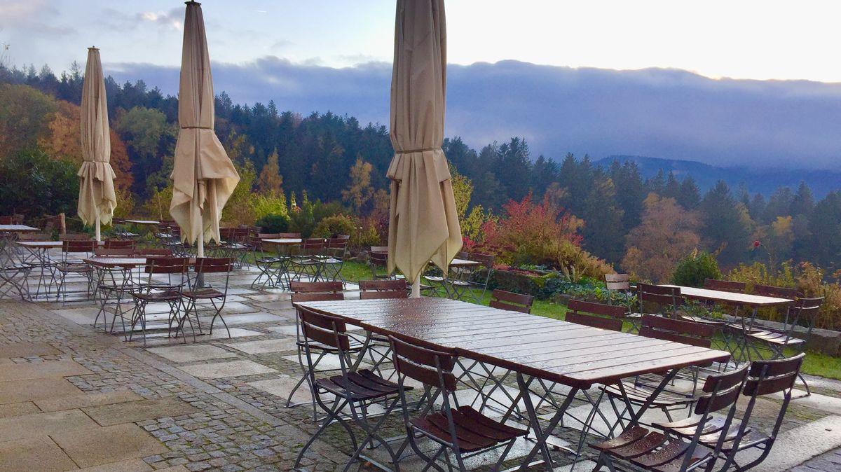 Die leere Terrasse des Berggasthofs Zottling bei Patersdorf im Bayerischen Wald