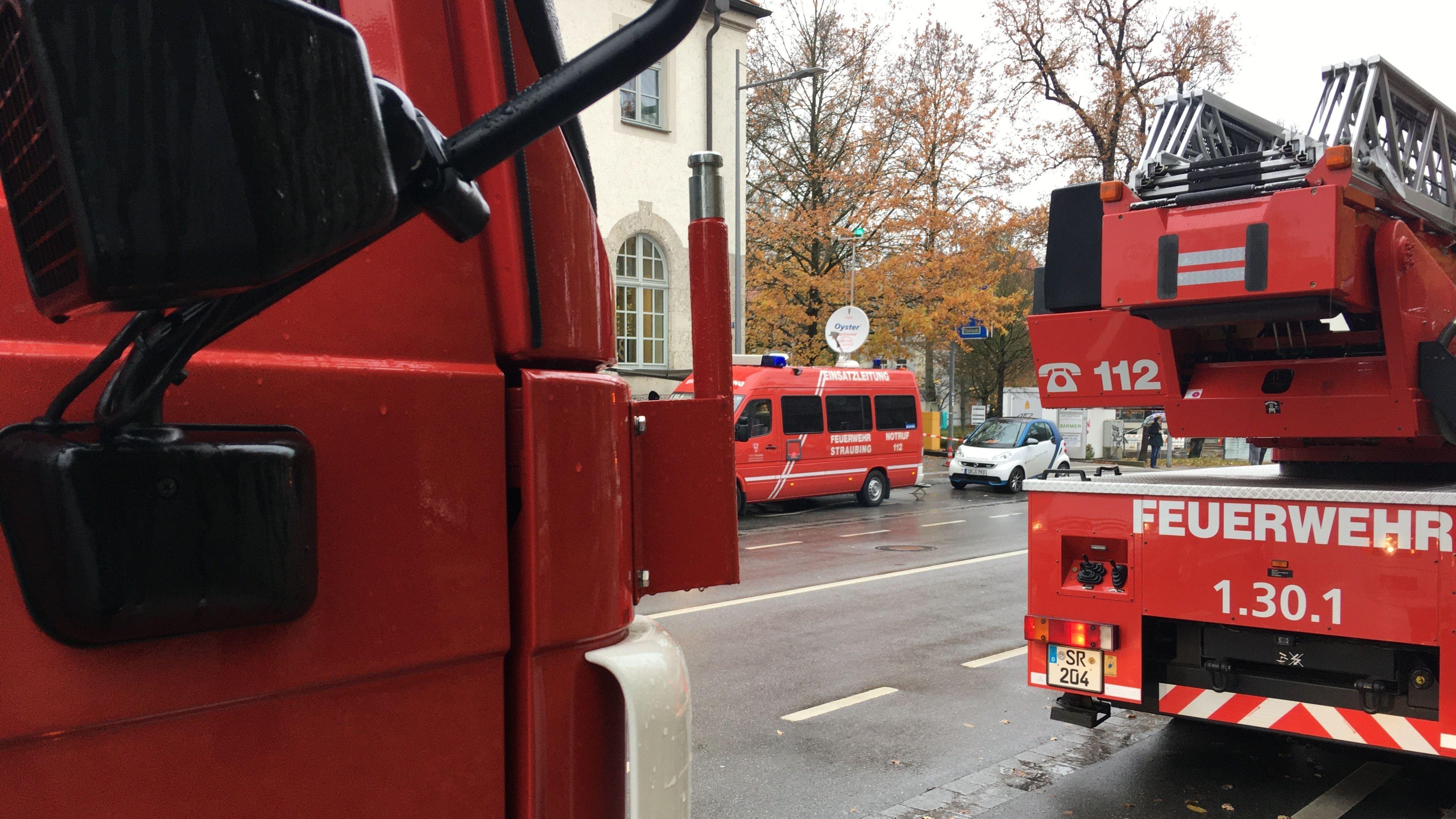 Viele Einsatzkräfte sind in Straubing vor Ort - Grund hierfür ist eine Bombendrohung