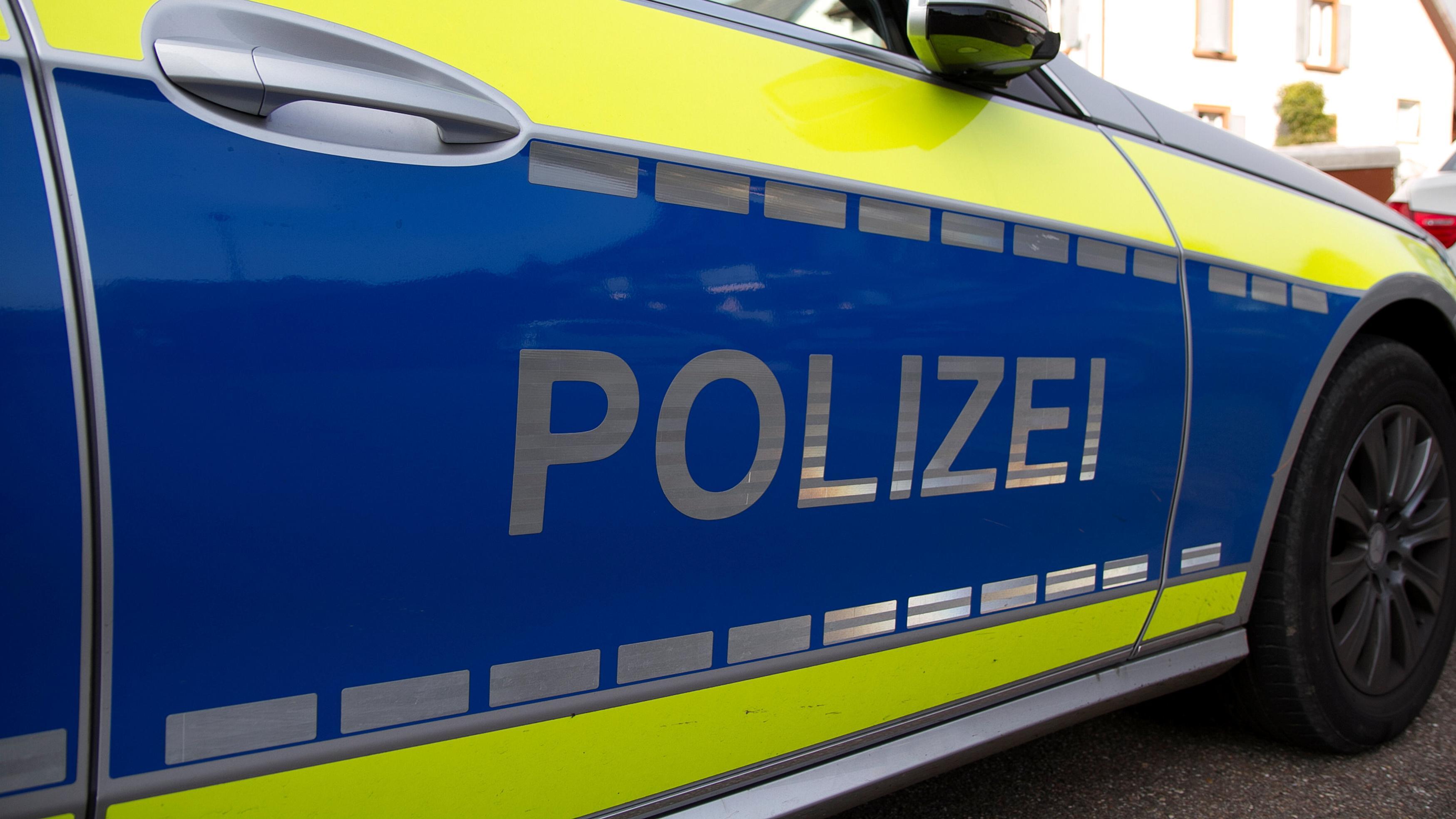 Ein blaues Polizeiauto (Symbolbild)
