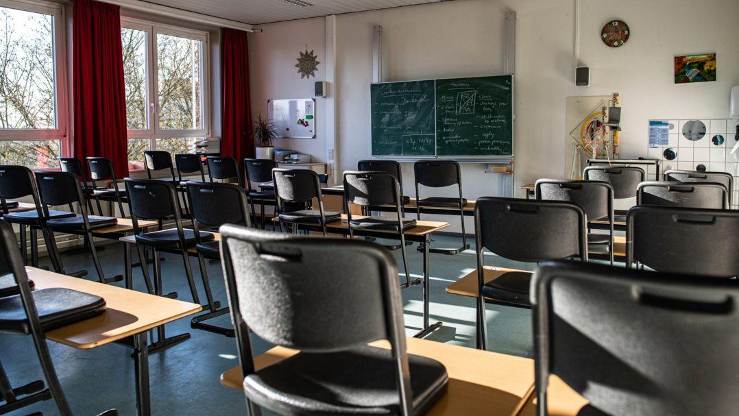 Ein Klassenzimmer mit Stühlen auf den Tischen