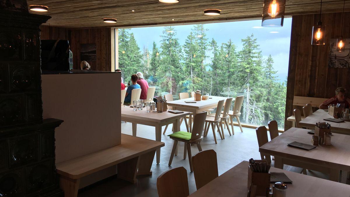 In der Gaststube mit Panoramafenster