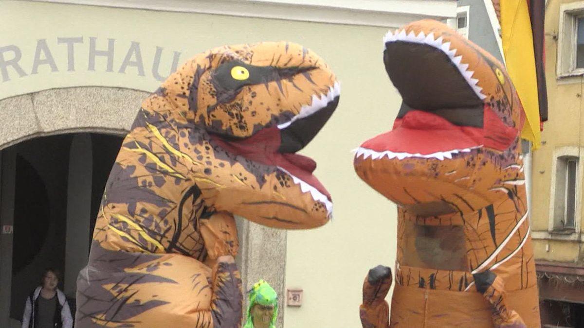 Menschen in Dinosaurierkostümen in Neustadt an der Waldnaab