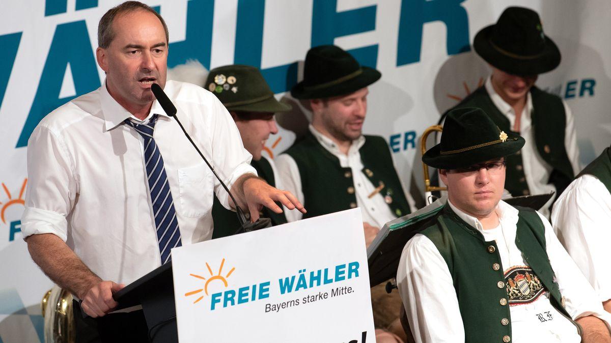FW-Chef Hubert Aiwanger am Rednerpult beim Gillamoos