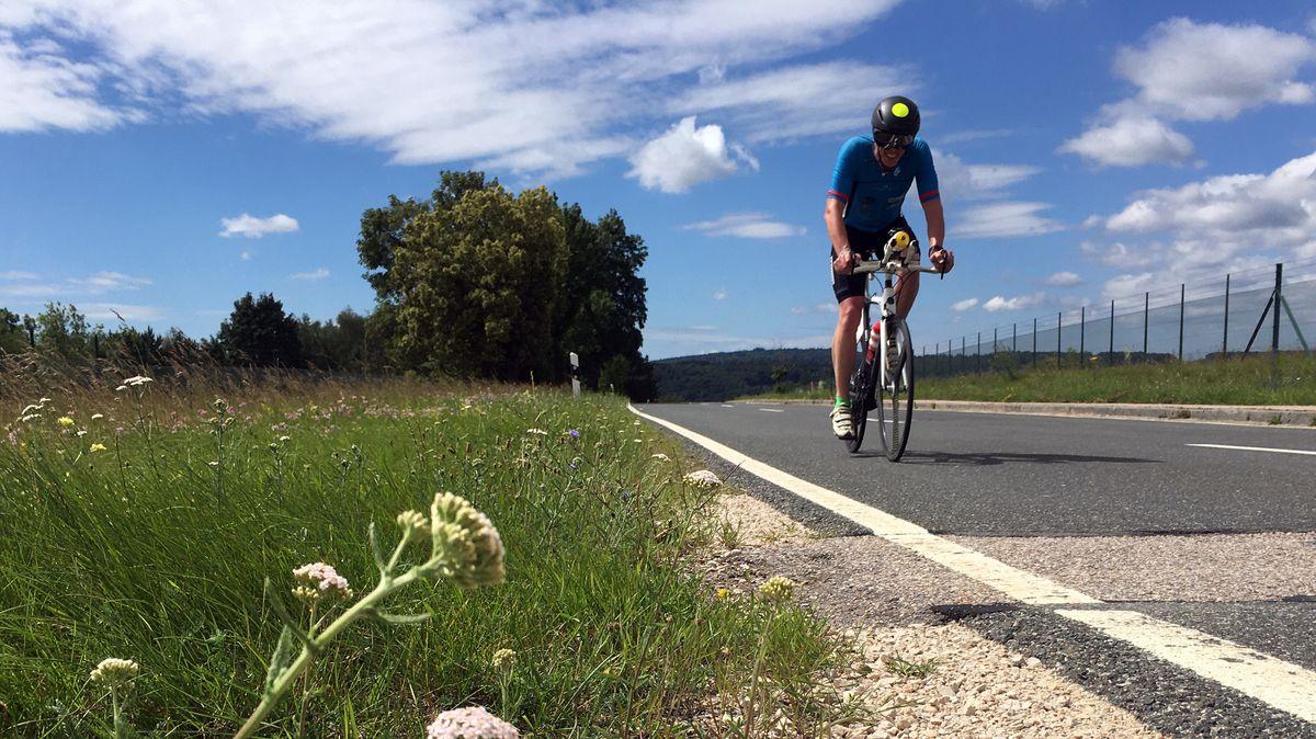 Radfahrer auf der Radstrecke bei Greding