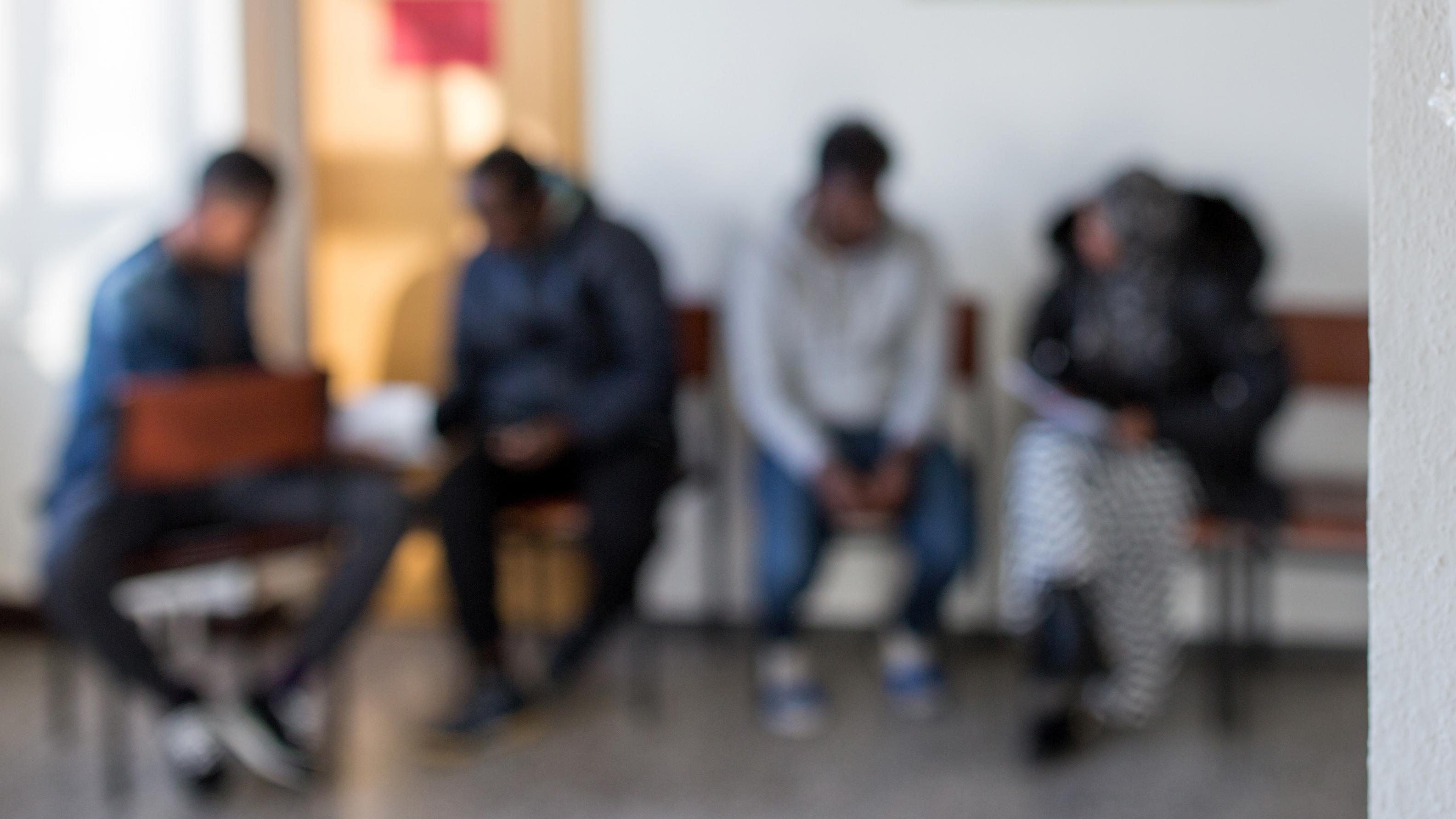 Flüchtlinge warten in einer Erstaufnahmeeinrichtung
