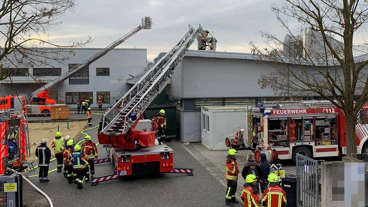 Feuerwehren der Stadt Landshut und Altdorf bei Löscharbeiten in der Münchnerau