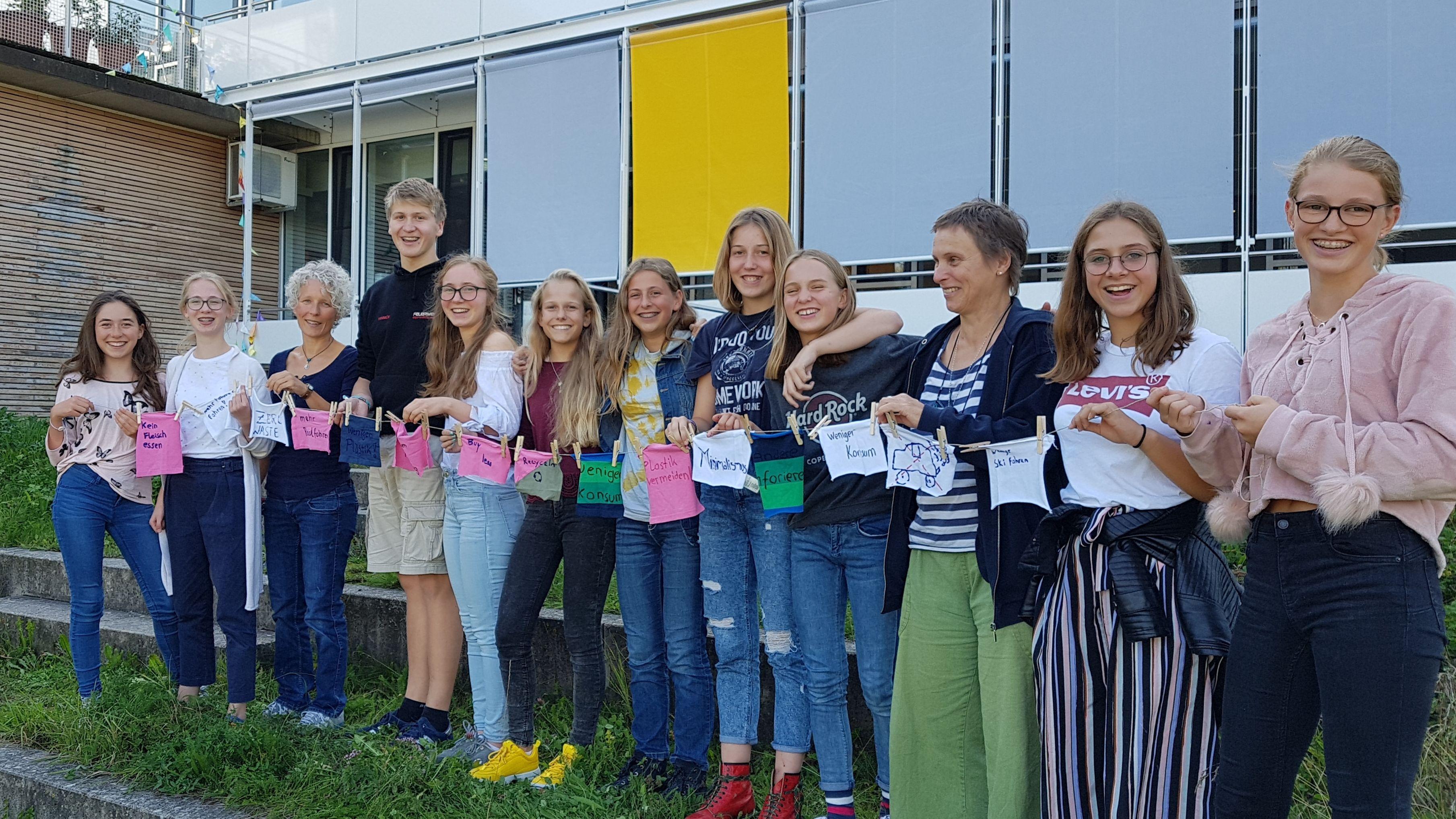 Schüler der Umwelt-AG am Ammersee-Gymnasium Diese halten ihre persönlichen Klima-Ziele auf Stoff-Fahnen fest.