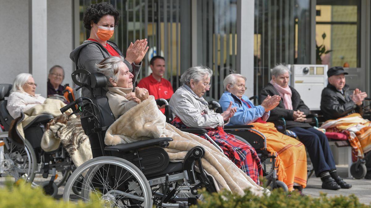 BewohnerInnen eines Pflegeheims auf einer Terrasse