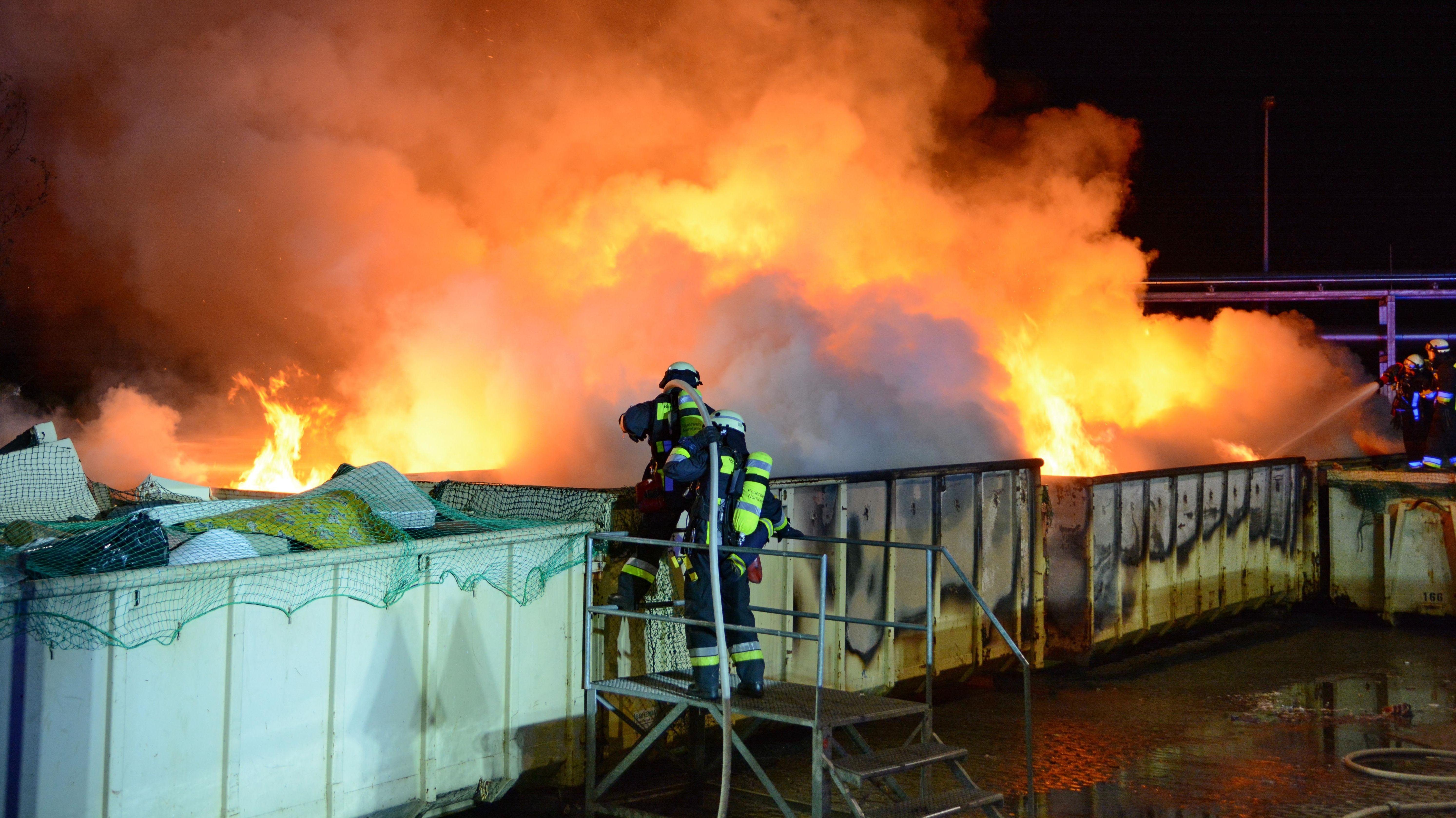Archiv: Feuerwehrleute löschen Brand in einem Recyclinghof in Nürnberg