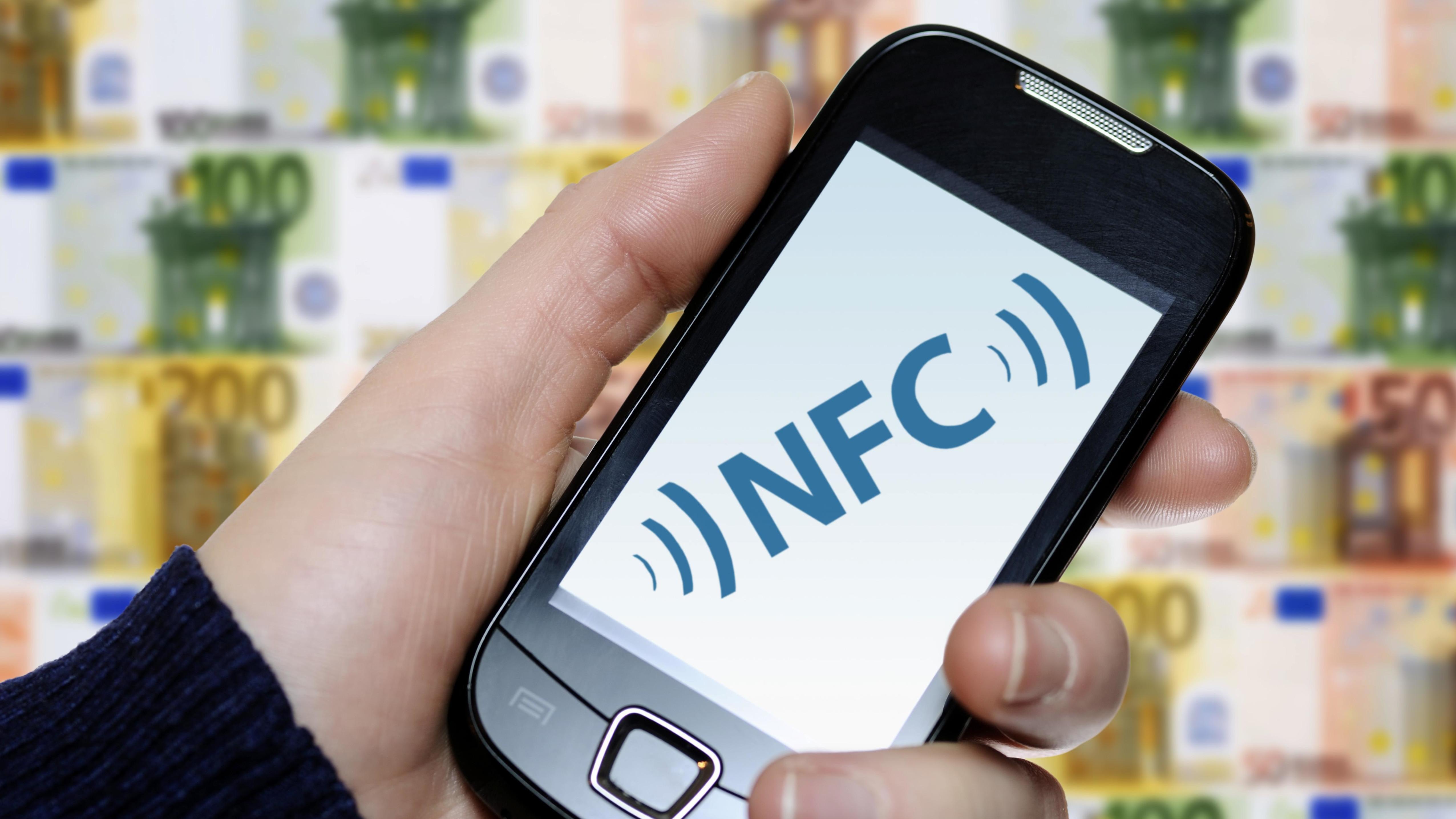 Hand hält Smartphone mit NFC-Chip