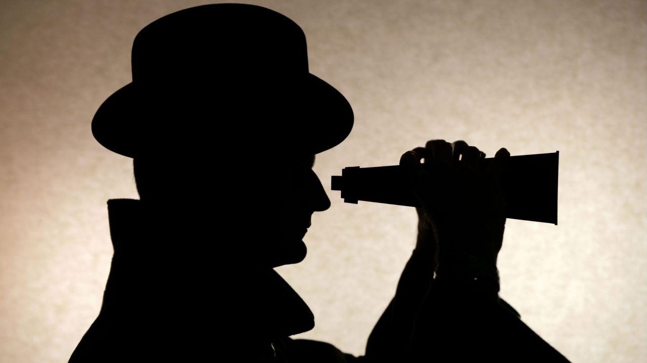 Agentensilhouette mit Fernglas und Hut